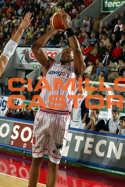 DESCRIZIONE : Teramo Lega A1 2005-06 Navigo.it Tramo Upea Capo Orlando <br /> GIOCATORE : Holland <br /> SQUADRA : Navigo.it Tramo <br /> EVENTO : Campionato Lega A1 2005-2006 <br /> GARA : Navigo.it Tramo Upea Capo Orlando <br /> DATA : 08/01/2006 <br /> CATEGORIA : Tiro <br /> SPORT : Pallacanestro <br /> AUTORE : Agenzia Ciamillo-Castoria/G.Ciamillo