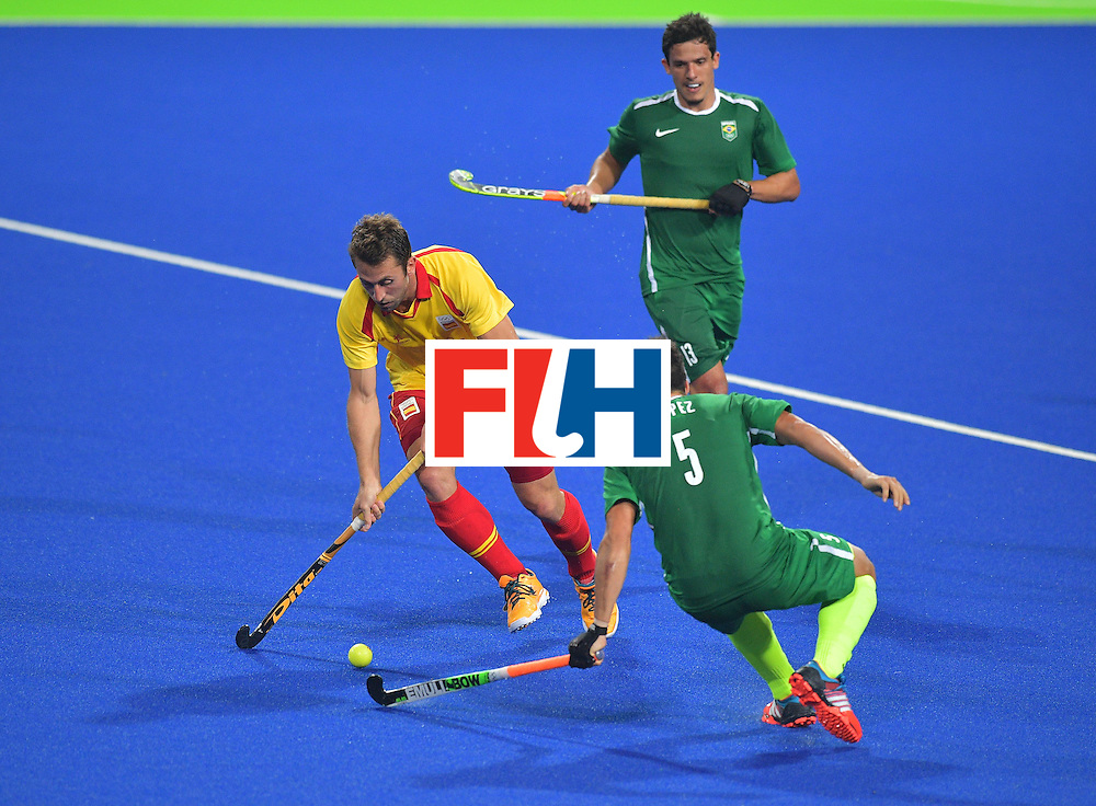 Spain's Roc Oliva (L) fights for the ball with Brazil's Joaquin Lopez during the men's field hockey Spain vs Brazil match of the Rio 2016 Olympics Games at the Olympic Hockey Centre in Rio de Janeiro on August, 6 2016. / AFP / Carl DE SOUZA        (Photo credit should read CARL DE SOUZA/AFP/Getty Images)