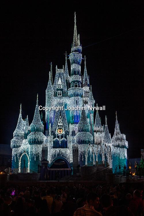 20151116 Orlando Florida USA <br /> Magic Kingdom Disneyworld<br /> Askungens slott i kv&auml;llsljus med is&ouml;verdrag fr&aring;n filmen Frost<br /> <br /> <br /> FOTO : JOACHIM NYWALL KOD 0708840825_1<br /> COPYRIGHT JOACHIM NYWALL<br /> <br /> ***BETALBILD***<br /> Redovisas till <br /> NYWALL MEDIA AB<br /> Strandgatan 30<br /> 461 31 Trollh&auml;ttan<br /> Prislista enl BLF , om inget annat avtalas.