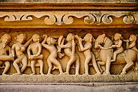 Inde, état du Madhya Pradesh, Khajuraho, site classé au Patrimoine Mondial de l'UNESCO, temple Vishvanath, édifié au début du XIe siècle et dédié au dieu Shiva // India, Madhya Pradesh state, Khajuraho, Unesco World Heritage, the Khajuraho Group of Monuments is a group of Hindu temples and Jain temples, Vishvanath temple, built at the beginning of the 11th century and dedicated to the god Shiva