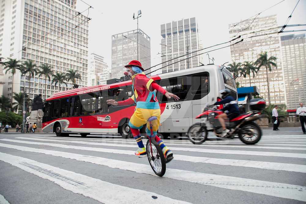 SAO PAULO, SP, 01 ABRIL 2013 - DIA DO CIRCO EM SÃO PAULO - Dia do circo comemorado no último dia 27 de março tem atividades com palhaços, malabaristas e convidados nesta segunda-feira (1) na Praça Ramos de Azevedo, na região central da capital paulista. (FOTO: POLINE LYS / BRAZIL PHOTO PRESS)