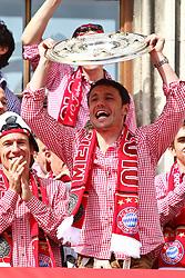 09.05.2010, Marienplatz, Muenchen, GER, 1. FBL, Meisterfeier der Bayern , im Bild Mark van Bommel (FC Bayern Nr.17) mit der Meisterschale , EXPA Pictures © 2010, PhotoCredit: EXPA/ nph/  Straubmeier / SPORTIDA PHOTO AGENCY