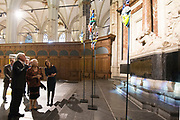 Prinses Beatrix bij opening tentoonstelling Magisch Afrika in de Nieuwe Kerk Amsterdam. Een tentoonstelling over maskers en beelden uit Ivoorkust.<br /> <br /> Princess Beatrix at the opening exhibition Magical Africa in the New Church in Amsterdam. An exhibition on masks and statues from the Ivory Coast.<br /> <br /> Op de foto / On the photo:  Prinses Beatrix krijgt een rondleiding over de tentoonstelling / Princess Beatrix gets a tour of the exhibition