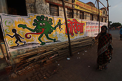 April 19, 2020, Mumbai, India: A woman holds a cloth to her face as she walks past a coronavirus mural. India continues in nationwide lockdown to control the spread of the Coronavirus (COVID-19) pandemic. (Credit Image: © Himanshu Bhatt/NurPhoto via ZUMA Press)
