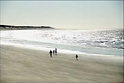 Frankrijk, Calais, 9-4-2006Een gezin met kleine kinderen wandelt op het strand langs de zee. Foto: Flip Franssen/Hollandse Hoogte