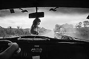 Brazil, transamazonica km 120, para.<br /> <br /> La transamazonienne n'est plus praticable aujourd'hui que sur la moitie de son parcours. Debutee en 70, son role integrateur permet l'occupation de l'amazonie et l'ouverture de territoires pionniers. <br /> Avanca Brasil, nouveau programme de developpement lance en 2000, prevoit la construction de 6000 nouveaux km de pistes en Amazonie. Un groupe d'entrepreneurs du Mato Grosso finance l'amelioration   de la piste Transiriri, a hauteur du Km 185 (commune d'Uruara) de la Transamazonienne, section Altamira-Itaituba. <br /> La piste coupe dans le sens nord-sud la terre indienne Cachoeira Seca Iriri et relie la Transamazonienne au fleuve Iriri, facilitant la penetration dans la Terra do Meio. La piste ouvrira l'acces aux 7,6 millions d'hectares de forets jusqu'ici proteges par une ceinture de terres indiennes du Bassin du Xingu.
