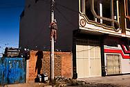 En El Alto convive de todo, casas de lujo en medio de casas de barro, iglesias, grandes avenidas, con calles sin asfaltar. En este caso un muñeco colgado alerta a los ladrones y sospechosos de serlo. El Alto esta lleno de estos muñecos.
