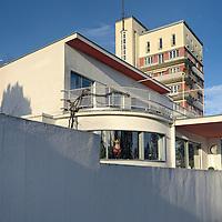 Weissenhofsiedlung Haus 33: Hans Scharoun.Sein Haus war vom Typ D, mit Elternschlafzimmer, Kinderzimmer (unterteilbar), mit Wohn-Esszimmer (besonderer Kinderaufenthalt an Küche oder Wohn-Esszimmer), Küche, kleinem Arbeitsraum - also ein Einfamilienhaus mit vier Zimmern..Die Bauübergabe des Hauses erfolgte am 5. März 1927 für 26.000,- RM, die Endabrechnung weist einen Betrag von 30.121,81 RM aus.