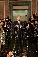 14 DEC 2003, BERLIN/GERMANY:<br /> Henning Scherf, SPD, 1. Buergermeister Bremen, gibt ein Pressestatement, Sitzung des Vermittlungsausschusses, Bundesrat<br /> IMAGE: 20031214-01-091<br /> KEYWORDS: Mikrofon, microphone, Journalist, Journalisten, Pressekonferenz