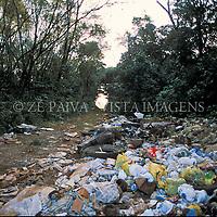 Lixo jogado na natureza, Tres de Maio, Rio Grande do Sul, Brasil. foto de Ze Paiva/Vista Imagens