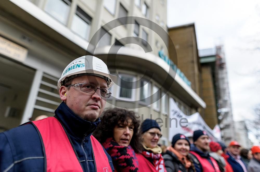 Deutschland, Berlin - 20.11.2017<br /> <br /> Mitarbeiter des Siemens-Gasturbinenwerkes umarmen symbolisch, w&auml;hrend einer Kundgebung ihr Werk. In dem Gasturbinenwerk will Siemens 300 Arbeitspl&auml;tze abbauen.<br /> <br /> Germany, Berlin - 20.11.2017<br /> <br /> Employees of the Siemens gas turbine factory symbolically embrace their factory during a rally. Siemens wants to reduce 300 jobs in the gas turbine plant.<br /> <br />  Foto: Markus Heine<br /> <br /> ------------------------------<br /> <br /> Ver&ouml;ffentlichung nur mit Fotografennennung, sowie gegen Honorar und Belegexemplar.<br /> <br /> Bankverbindung:<br /> IBAN: DE65660908000004437497<br /> BIC CODE: GENODE61BBB<br /> Badische Beamten Bank Karlsruhe<br /> <br /> USt-IdNr: DE291853306<br /> <br /> Please note:<br /> All rights reserved! Don't publish without copyright!<br /> <br /> Stand: 11.2017<br /> <br /> ------------------------------