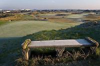 ZANDVOORT - De golfbaan van de Kennemer Golfclub, waar ook in 2008 het Dutch Open voor mannen zal worden gehouden. Op de foto: Het stenen bankje bij de green van C6 of 15.