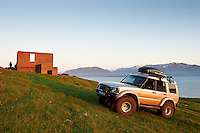 Land Rover Discovery II í miðnætursól í Eyjafirði.