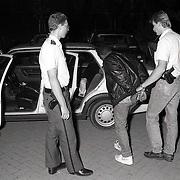 NLD/Huizen/19900626 - Drugsinval twee woningen aan de Damwand in Huizen, arrestatie drugsdealer