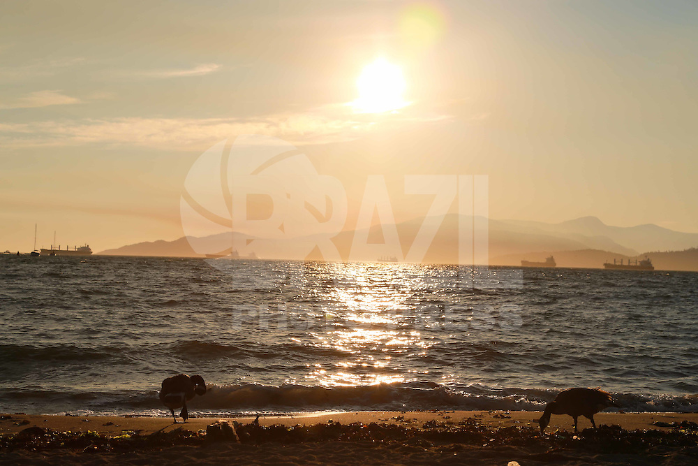 VANCOUVER, CANADÁ, 03.07.2015 - CLIMA-CANADÁ - Pôr-do-sol é visto a partir da Sunset Beach em Vancouver no Canadá na noite de ontem quinta-feira, 02. (Foto: Vanessa Carvalho/Brazil Photo Press)