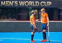 BHUBANESWAR (INDIA) - Het Nederlands heren hockeyteam trainde vanmiddag voor de kwartfinale wedstrijd tegen India bij het WK hockey. Sander de Wijn is gisteren geblesseerd geraakt  en zal dit toernooi niet meer in actie komen.  Zijn vervanger is Joep de Mol , hier in gesprek met assistent trainer Ronald Brouwer.  COPYRIGHT KOEN SUYK