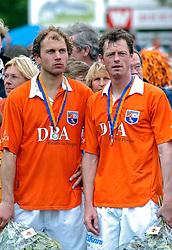 05-06-2005 HOCKEY: FINALE PLAYOFFS: BLOEMENDAAL-ORANJE ZWART: BLOEMENDAAL<br /> De hockeyers van Oranje Zwart zijn voor het eerst in hun bestaan landskampioen geworden. De Eindhovense club klopte Bloemendaal in het beslissende play-off-duel met 3-1 / <br /> Teun de Nooijer en Menno Booij<br /> ©2005-WWW.FOTOHOOGENDOORN.NL
