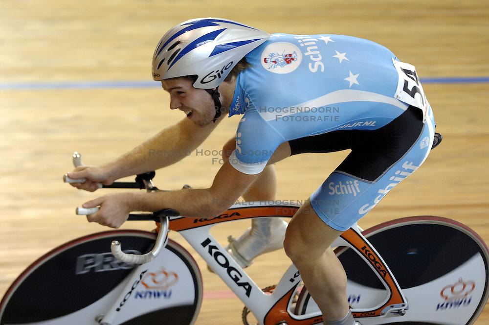 29-12-2006 WIELRENNEN: NK BAANRENNEN 2006: ALKMAAR<br /> Op de 1 kilometer tijdrit was Tim Veldt de sterkste. Hij bleef met 1.04,773 de concurrentie ruim voor<br /> &copy;2006-WWW.FOTOHOOGENDOORN.NL