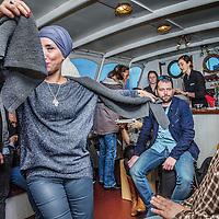 Nederland, Amsterdam, 26 december 2016.<br />Vriendengroep Salaam Shalom maakt op tweede kerstdag een bootocht door de grachten van Amsterdam.<br />Deze vriendenkring heeft een duidelijk doel: mensen met verschillende achtergronden bij elkaar brengen om vriendschappen te cre&euml;ren. Salaam Shalom doet dit met eigen middelen en heeft mooie idealen zoals broederschap, vrede, respect, plezier, liefde en vriendschap. In zeer korte tijd sloten zich honderden islamitische en joodse Amsterdammers zich aan bij de vriendengroep.&nbsp;<br /><br /><br /><br />Foto: Jean-Pierre Jans