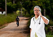 Sete Lagoas_MG, Brasil...Programa Minas Comunica. Na foto, medico falando ao celular no interior de Minas Gerais...Minas Comunica project. In this photo a doctor talking with a cell phone in rural area in Minas Gerais...Foto: LEO DRUMOND / NITRO