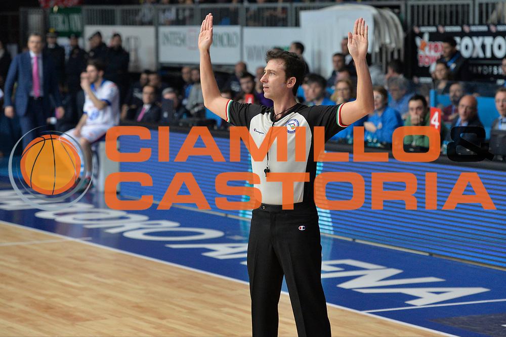 DESCRIZIONE : Cant&ugrave; Lega A 2015-16 Acqua Vitasnella Cantu' vs Grissin Consultinvest Pesaro<br /> GIOCATORE : Gabriele BETTINI<br /> CATEGORIA : Arbitri<br /> SQUADRA : Acqua Vitasnella Cantu'<br /> EVENTO : Campionato Lega A 2015-2016<br /> GARA : Acqua Vitasnella Cantu' Consultinvest Pesaro<br /> DATA : 27/12/2015<br /> SPORT : Pallacanestro <br /> AUTORE : Agenzia Ciamillo-Castoria/I.Mancini<br /> Galleria : Lega Basket A 2015-2016  <br /> Fotonotizia : Cantu'  Lega A 2015-16 Acqua Vitasnella Cantu' vs Consultinvest Pesaro<br /> Predefinita :