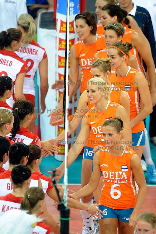 27-09-2009 VOLLEYBAL: EUROPEES KAMPIOENSCHAP NEDERLAND - POLEN: LODZ<br /> De Nederlandse volleybalsters zijn vooralsnog onklopbaar op het EK. Na de ruime zeges op Kroatie en Spanje werd ook gastland Polen met grote overmacht opzij geschoven: 25-18, 25-13, 25-23 / Maret Grothues, Kim Staelens, Debby Stam en Caroline Wensink<br /> &copy;2009-WWW.FOTOHOOGENDOORN.NL