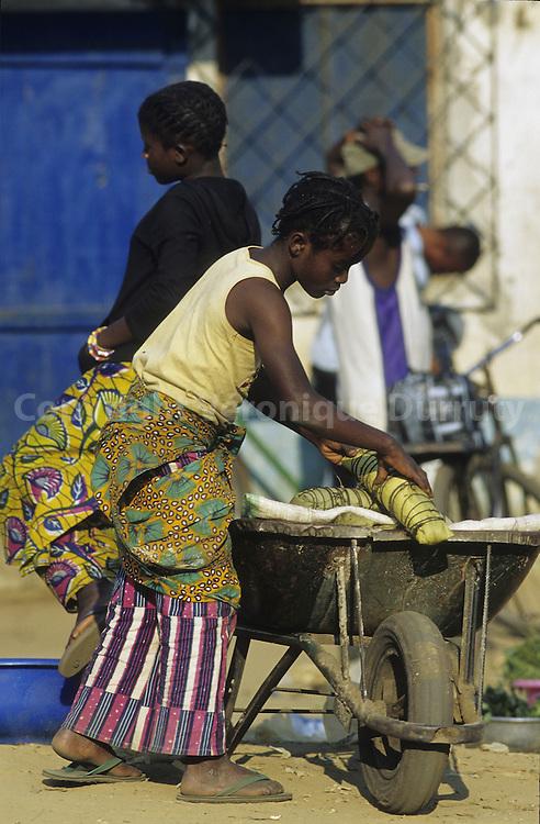 MANIOC SELLER. LIFE SCENE IN A CONGOLESE MARKET, CONGO