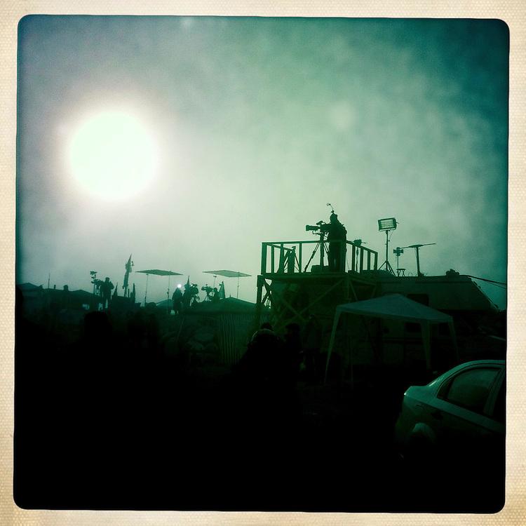 """Miembros de la prensa se preparan con sus equipos para el rescate de los 33 mineros atrapados a 700 metros. Plan B, es un ensayo fotografico basado en aquellas cosas que la mirada somera no permite ver, de los días de espera, angustia, soledad y fe que las familias de los 33 hombres atrapados en la mina San Jose dejaron en el paisaje arido del desierto de Atacama tras el esperado rescate. """"Plan B"""", tambien es un acto de fe personal, por intentar plasmar en un relato diferente, sin más pretensión que la mirada interna a los sentimientos que esa montaña atrapó implacable y para siempre, pero que bajo la mirada superficial de los medios no permite escudriñar por tratarse de pequeños fragmentos que apelan a emociones individuales y no a la masividad que persiguen los reportes de prensa. Este ensayo es una invitación abierta a descubrir los pequeños milagros que florecieron en la montaña y en el día a día de cada una de las familias que nunca dejaron de creer en la vida, aun así se enfrentaran a la inmensidad del desierto y a las minimas espectativas de vida que el lugar entregaba.""""Plan B"""", esta constituido por fotografías ejecutadas en su totalidad con un telefono iPhone 4 y la aplicacion Hipstamatic. ROBERTO CANDIA / REVISTA NUESTRA MIRADA"""
