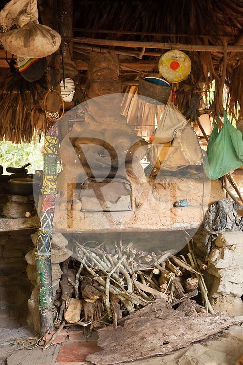 KOLUMBIEN - QUEBRADA VALENCIA - Lehmofen in der Form der 'Pachamama' Muttererde, in einer offenen Küche - 09. April 2014 © Raphael Hünerfauth - http://huenerfauth.ch