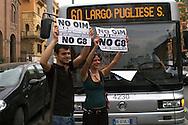Roma 28 Maggio 2009.Manifestazione  sotto la sede dell'Oim (Organizzazione internazionale per i migranti)  della rete NO G8 per la convivenza accusata dalla rete G8  di collaborare con le politiche del Governo per quanto riguarda i ricongiungimenti familiari degli immigrati, la raccolta dati e sulle identità di chi non è in regola con il permesso di soggiorno..Demonstrators  before  the center of the Oim (International Organization for Migrantion)  to demonstrate against the G8 meeting in Rome.