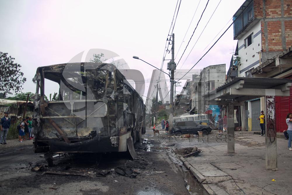 SAO PAULO, SP - 18.03.2015 - ONIBUS INCENDIADO M BOI MIRIM - Onibus &eacute; atacado por tr&ecirc;s homens, uma repres&aacute;ria por morte de bandidos da regi&atilde;o, na madrugada desta quarta-feira (18) na Est. do M Boi Mirim, na Zona Sul de S&atilde;o Paulo. O &ocirc;nibus pertencia a empresa VIP, ningu&eacute;m ficou ferido durante o evento e ningu&eacute;m foi preso.<br /> <br /> <br /> (Foto: Fabricio Bomjardim / Brazil Photo Press)