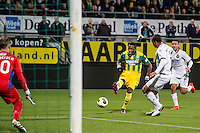 DEN HAAG - ADO Den Haag - Telstar , Voetbal , KNVB Beker , Seizoen 2016/2017 , Kyocera Stadion , 25-10-2016 , ADO Den Haag speler Sheraldo Becker (m) met schot op doel , SC Telstar keeper Boy de Jong (l)