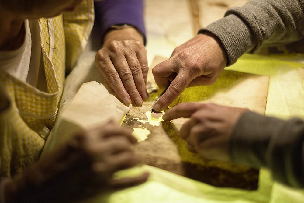 restauro di una carta muffa con ricollocamento dei frammenti<br /> <br /> restoration paper outplacement fragments
