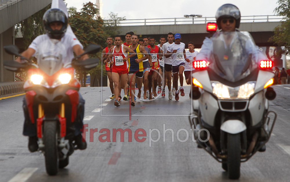 Amã, Jordânia - 04/10/2013 - Corredores durante a Quinta Maratona Internacional de Amã, Jordânia. A Maratona de Amã em 2013 foi composta por duas corridas, uma de 42 km, que ocorreu hoje (04) e a prova infantil de10 km, que ocorreu dia 27 de setembro. Foto: Bilal Jarekji/Frame