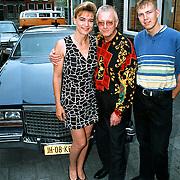 Alice de Vries, Rob van Wijk en zoon Peter met nieuwe Cadillac in Gouda voor de Rietmarkt