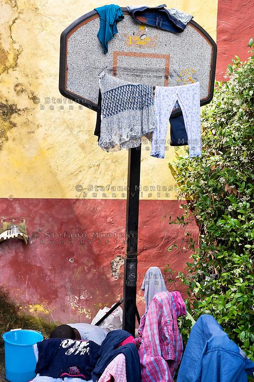 Roma 15 Giugno 2015<br /> La biancheria appesa su un canestro da basket, nel centro di accoglienza per migranti 'Baobab' vicino alla stazione ferroviaria Tiburtina di Roma. Centinaia di migranti provenienti da Etiopia, Somalia ed Eritrea, tutti arrivati negli ultimi mesi dalla Libia con i barconi e portati in Italia dopo essere stati salvati in mare.<br /> Rome June 15, 2015<br /> Laundry hanging on a basketball hoop in the 'Baobab' migration centre close to the Tiburtina train station in Rome. Hundreds of migrants from Ethiopia, Somalia and Eritrea, all arrived in recent months from Libya with the barges and taken to Italy after being rescued at sea.