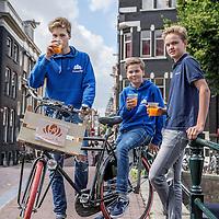 Nederland, Amsterdam, 3 juli 2016.<br /> De Croissant Boys, een familiebedrijf bestaande uit 3 broers die zondagochtend tussen 9-12 uur verse croissants met roomboter en/of jam en verse jus d'orange bij u thuis bezorgt.<br /> Op de foto v.l.n.r. Bas, Stijn en Willem Rosier.<br /> <br /> The Croissant Boys, a family business consisting of three brothers who deliver fresh croissants with butter and / or jam and fresh orange juice to your home on sunday mornings between 9-12 am.  <br /> <br /> Foto: Jean-Pierre Jans