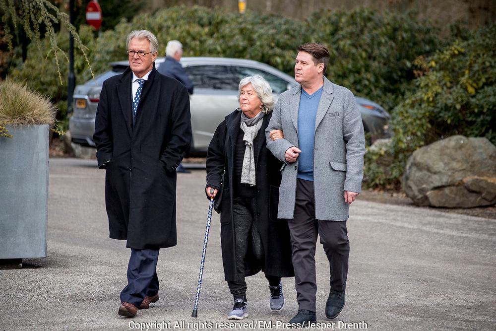 Uitvaart Mies Bouwman in een crematorium in Leusden.<br /> <br /> Op de foto:  Martijn Krabbe met zijn vader Jeroen Krabb&eacute; en moeder Herma Krabb&eacute;