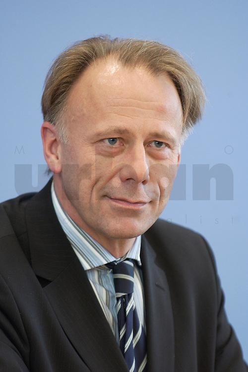 31 MAR 2004, BERLIN/GERMANY:<br /> Juergen Trittin, B90/Gruene, Bundesumweltminister, waehrend einer Pressekonferenz zum Kabinettsbeschuss zum Emissionshandel, Bundespressekonferenz<br /> IMAGE: 20040331-01-029<br /> KEYWORDS: J&uuml;rgen Trittin, BPK