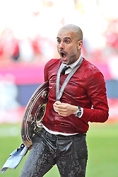 10.05.2014, Allianz Arena, Muenchen, GER, 1. FBL, FC Bayern Muenchen vs VfB Stuttgart, 34. Runde, im Bild Chef-Trainer Pep Guardiola (FC Bayern Muenchen), Bierdusche, haelt die Meisterschale in der Hand // during the German Bundesliga 34th round match between FC Bayern Munich and VfB Stuttgart at the Allianz Arena in Muenchen<br /> ***NETHERLANDS ONLY***