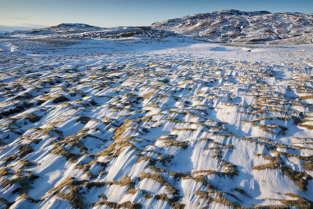 Fallega vindblásinn snjór ofan við Tröllhálsgil. Hrosshæðir og Kvígindisfell í baksýn.