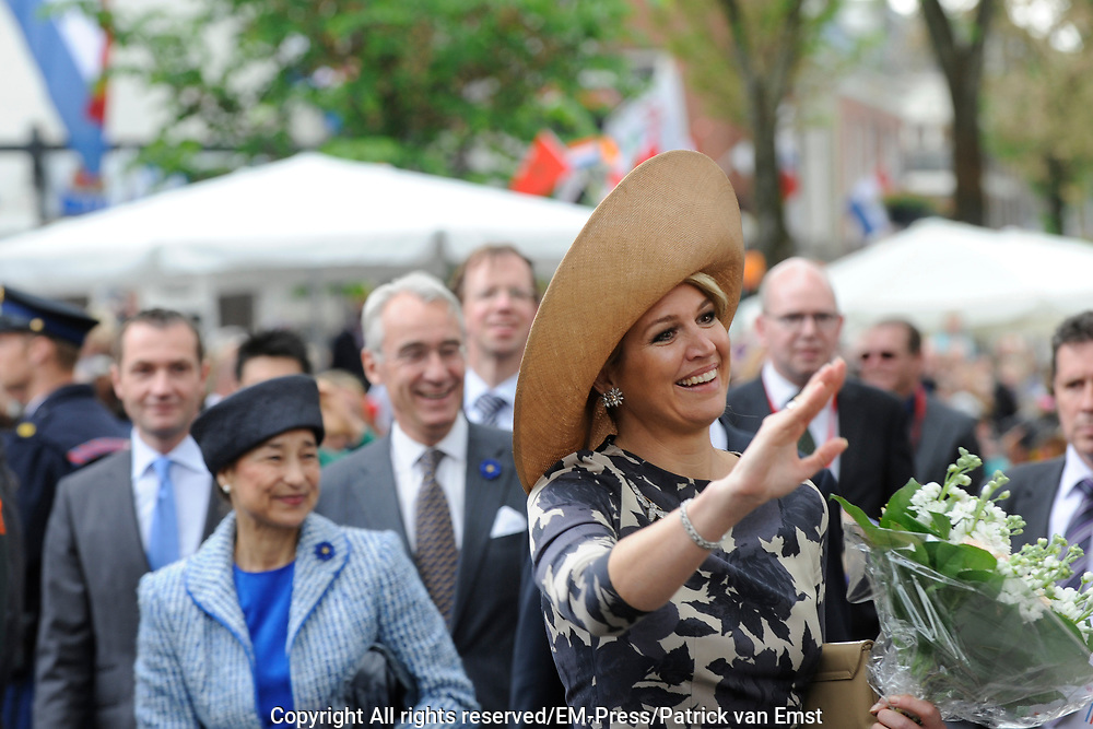 Koning Willem Alexander en Koningin Maxima op provinciebezoek in Utrecht.<br /> <br /> King Willem Alexander and Queen Maxima visit the province of  Utrecht<br /> <br /> Op de foto: <br /> <br /> Koning Willem Alexander en Koningin Maxima op bezoek in de multiculturele wijk Lombok, Utrecht waar Winkeliers presenteren zich op een markt / straatfeest en De markt wordt opgeluisterd met dans en muziek door kinderen en jongeren uit de wijk. <br /> <br /> King Willem Alexander and Maxima Queen in the multicultural district of Lombok, Utrecht where present Retailers will be enlivened with music and dance by children and young people from the neighborhood. Visiting a market / festival and market