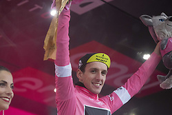 May 23, 2018 - Iseo, Italy - YATES Simon Philip.MITCHELTON - SCOTT Pink jersey celebrates on the podium during the 101st Tour of Italy 2018, Stage 17 RIVA DEL GARDA-ISEO (FRANCIACORTA STAGE),  155 km  on May 23, 2018 in Iseo, Italy  (Credit Image: © Fabio Averna/NurPhoto via ZUMA Press)