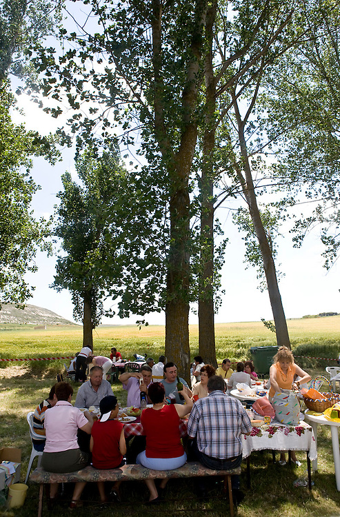 Celebrating the harvest day with an ourdoor family meal in Ribera del Duero (Spain).