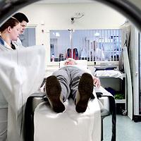 Nederland, Amsterdam , 1 oktober 2009..COGA (Centrum voor Ouderengeneeskunde Amsterdam) .Binnenkort komt u voor onderzoek naar het Centrum voor Ouderen- .geneeskunde Amsterdam (COGA). In deze folder vindt u belangrijke .informatie ten aanzien van uw bezoek aan het COGA. Dit dagcentrum .is een initiatief van de afdelingen interne geneeskunde en neurologie .van VUmc en GGZ inGeest en is bedoeld voor oudere patiënten die .niet geholpen kunnen worden met één of twee polikliniekbezoeken, .maar waarvoor opname niet noodzakelijk is. Het COGA richt zich op .onderzoek en behandeling van ouderen bij wie sprake is van meerdere .aandoeningen tegelijkertijd. Vaak gaat het om een combinatie van .problemen op lichamelijk, geestelijk en sociaal gebied, waardoor de .zelfredzaamheid negatief beïnvloed wordt. Dikwijls worden ouderen .geconfronteerd met een algehele achteruitgang en kan er sprake zijn .van een combinatie van onderstaande klachten: . .o geheugenproblematiek en verwardheid; .o loopproblemen en de neiging tot vallen; .o interesseverlies, 'nergens meer toe komen'; .o  onverklaarbare achteruitgang in het dagelijks functioneren; .o  polyfarmacie, dat wil zeggen het gebruiken van .veel medicijnen tegelijkertijd..De internist-geriater (een arts gespecialiseerd in ouderen) onderzoekt .de oorzaken van deze klachten, zoekt naar mogelijkheden voor .behandeling en geeft adviezen. .De internist-geriater (een arts gespecialiseerd in ouderen) onderzoekt .de oorzaken van deze klachten, zoekt naar mogelijkheden voor .behandeling en geeft adviezen. .De internist-geriater (een arts gespecialiseerd in ouderen) onderzoekt .de oorzaken van deze klachten, zoekt naar mogelijkheden voor .behandeling en geeft adviezen. .De internist-geriater (een arts gespecialiseerd in ouderen) onderzoekt .de oorzaken van deze klachten, zoekt naar mogelijkheden voor .behandeling en geeft adviezen. .COGA is een goed voorbeeld van de samenwerkingsverband tussen VUmc en GGZ IN Geest..Op de foto: Aanvullend onderzo