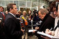 30 SEP 2004, BERLIN/GERMANY:<br /> Gerhard Schroeder, SPD, Bundeskanzler, gibt Journalisten ein kurzes Statement, vor der Friedrich-Ebert-Stiftung, Berliner Forum Wissenschaft und Innovation der Friedrich- Ebert-Stiftung<br /> IMAGE: 20040930-01-003<br /> KEYWORDS: Gerhard Schröder, Kamera, Camera, Mikrofon, microphone, Journalist