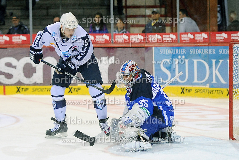 25.09.2015, Helios Arena, Schwenningen, GER, DEL, Schwenninger Wild Wings vs Hamburg Freezers, 5. Runde, im Bild (l.) Morten Madsen (Hamburg Freezers) vor dem Tor von (r.) Joey Macdonald (Torwart / Goalie Schwenninger Wild Wings) // during the German DEL Icehockey League 5th round match between Schwenninger Wild Wings vs Hamburg Freezers at the Helios Arena in Schwenningen, Germany on 2015/09/25. EXPA Pictures &copy; 2015, PhotoCredit: EXPA/ Eibner-Pressefoto/ Laegler<br /> <br /> *****ATTENTION - OUT of GER*****