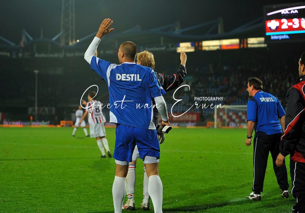 23-09-2009 Voetbal:Willem II:NAC Breda:Tilburg<br /> Met wegwerpgebaren en vol woede reageren Ma&auml;enp&auml;&auml;, Demouge en Henri van Amelsfort op de scheidsrechter<br /> Foto: Geert van Erven