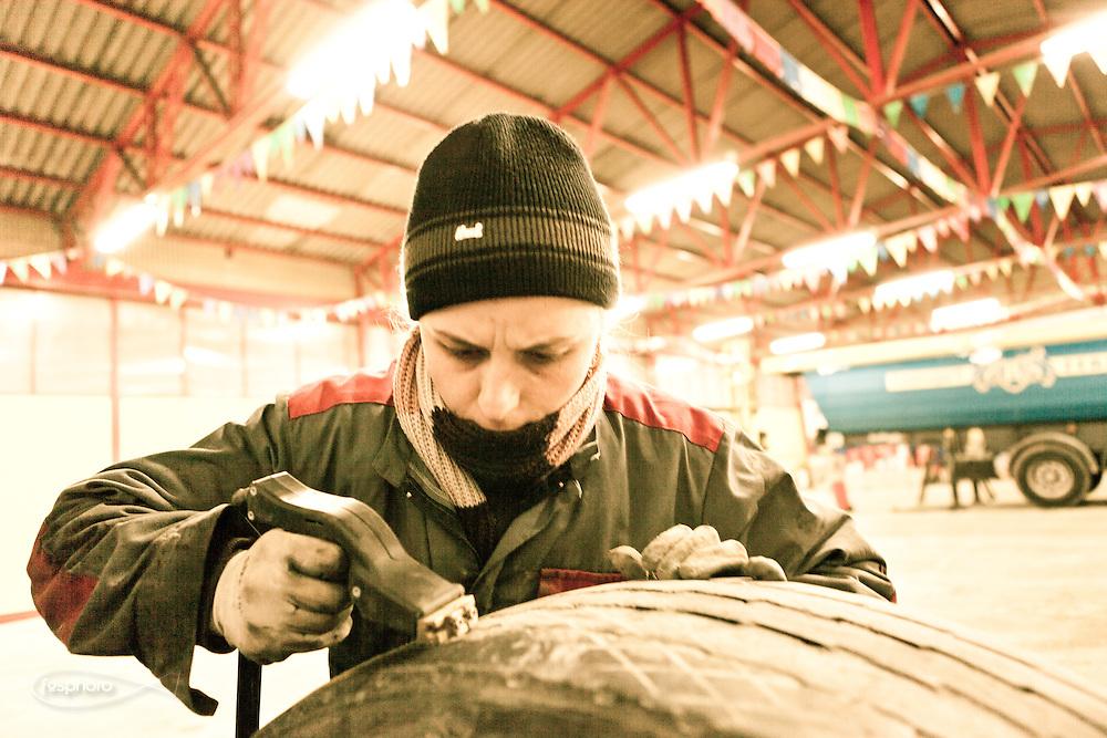 Verona - Nella scuderia di Juska una delle due donne meccanico che si occupa della manutenzione dei pneumatici.