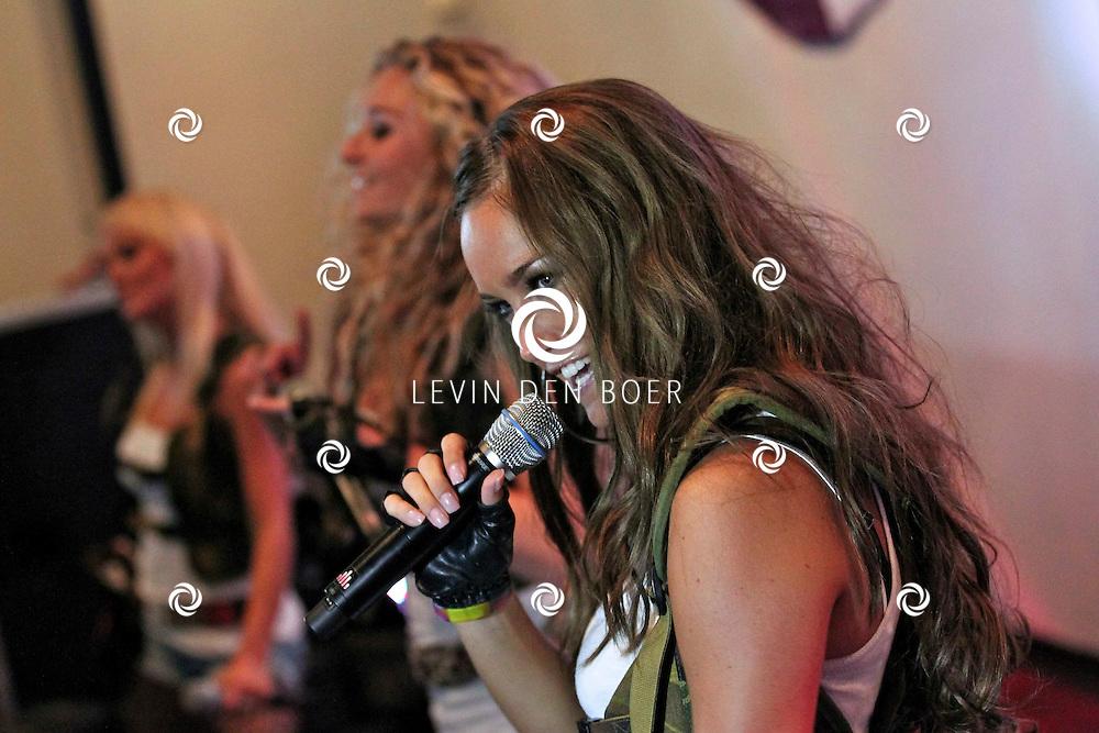 NIJMEGEN - Vrijdag de 13e heeft de populaire meidengroep Djumbo haar vierde album getiteld 'Chase' gelanceert. Het album bevat 14 vrolijke hits zoals we ze gewend zijn van de meiden; half Nederlands, half Engels en met een hoog meezing- en swinggehalte. Met op de foto Svenja van Beek. FOTO LEVIN DEN BOER - PERSFOTO.NU